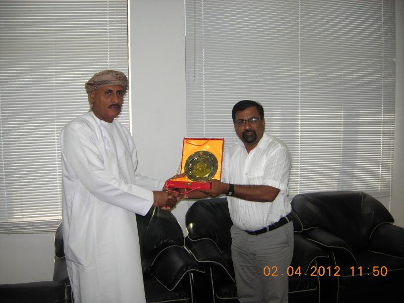 Oman Chambers of Commerce - Salalah Brach offering me a Momento